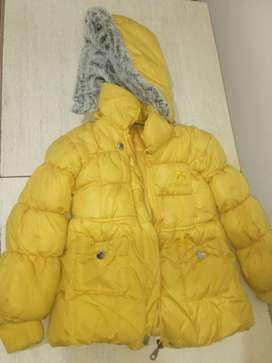 Campera de invierno con capucha desmontable. Rompeviento con polar. Medidas de hombro a hombro 36 cm. De 2 a 5 años.