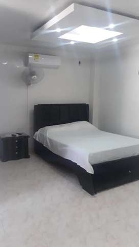 Habitación amoblada con aire, nevera, baño interno.
