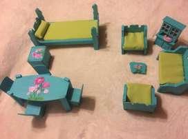 Muebles de madera intervenidos para Barbies. Juego dirmitorio, living comedor.