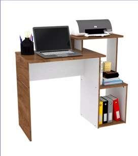 Escritorio con espacio para impresora, ideal para hogares y oficinas. Diseño moderno