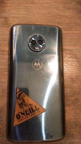 Celular Motorola usado,  caja con cargador y dos fundas excelente estado más allá del trisado d abajo q no afecta el uso