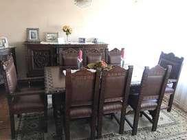 Hermoso comedor tallado a mano, incluye: mesa, 8 sillas, aparador, vitrina y mueble auxiliar