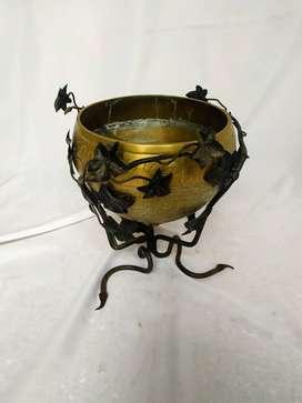 jarrón de bronce tallado de con soporte de metal de 30cm x 30cm