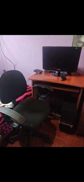 Computador de escritorio mesa y silla