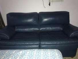 Sofa cama cuero puro + puf