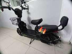 Venta de moto eléctrica semi nueva