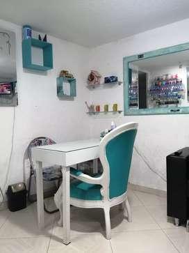 En venta indumentaria y mobiliario de salón de belleza