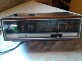 excelente radio reloj despertador GENERAL ELECTRIC AM/FM para 220 v.