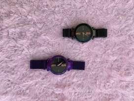 Reloj magnetico de color negro y violeta