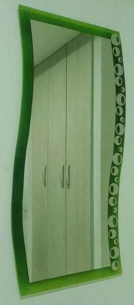 Espejo largo para pegar en la pared con bordes de color verde.