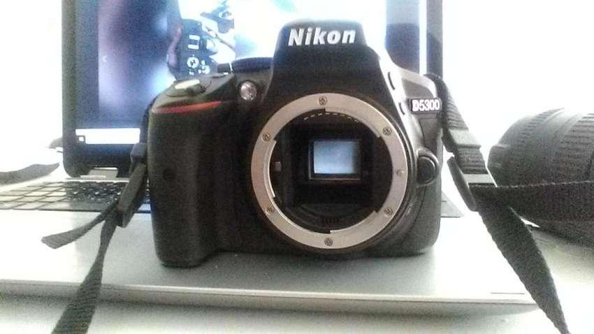 Nikon 5300 (cuerpo) y bateria/cargador 0
