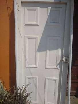Puerta metálica excelente estado cerradura y llaves