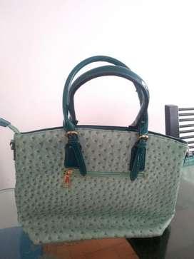bolso verde marino grabado.