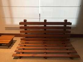 Futón con base y mesa en madera