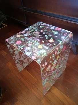 Mesa decorativa en acrílico