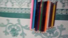Vendo 16 lapices d colores antiguedad 1 año marca faber castel y otra marca largos y medianos poco uso con regla goma
