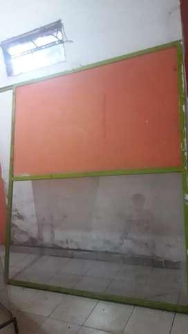Mampara de vidrio con estructura de caño. Usada.