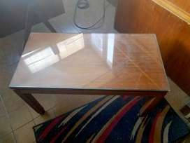 Mesa de televisor ratona de madera y vidrio