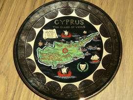Plato decorativo Importado de la Isla de Chipre decorado en pintura de Oro de 24 kilates