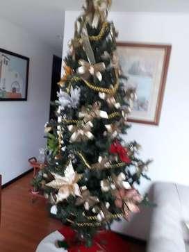 Árbol de Navidad de 2.50 mts de alto con adornos, luces y pie de arbol