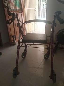 Caminador con ruedas y asiento