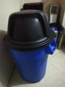 Caneca de basura grande