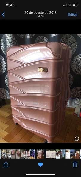 Jassica Simpson valija rosa 5 avenue Nueva York