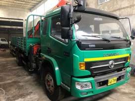 Camion con grúa articulada