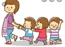 Docente de preescolar presta su servicio de guardería
