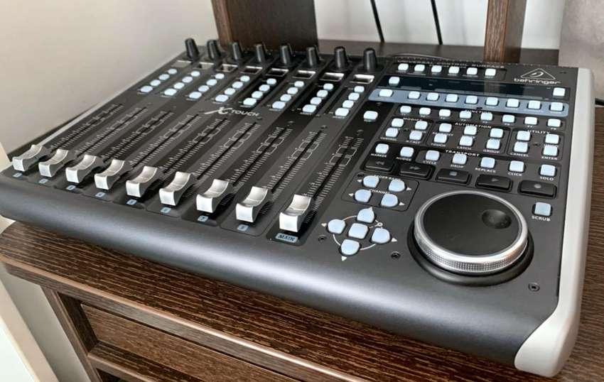 Controlador Universal Behringer X-Touch con Faders Motorizados 0