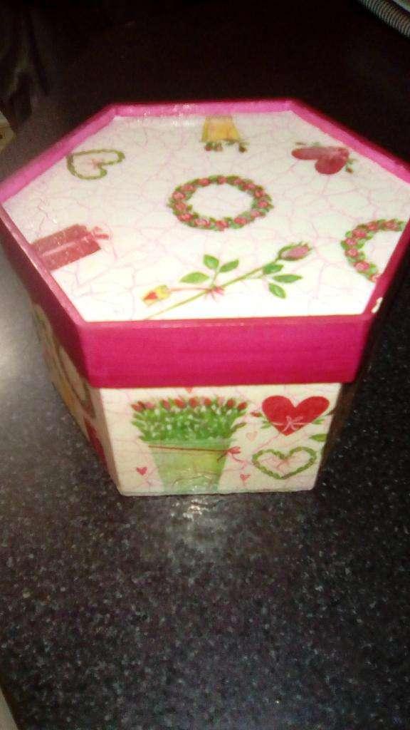 Caja de madera pintada a mano nueva