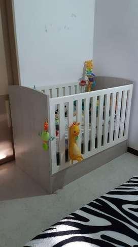 Cuna y juguetes de bebe