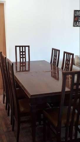 Mesa Antigua (nogal/cedro) con 8 sillas. Muy buen estado. $15.000 pesos.