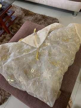 Mantel Arabe color  beige con dorado nuevo , para mesa de 6 personas