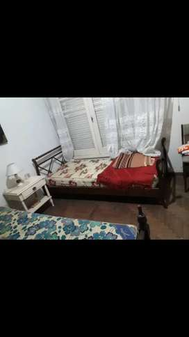 2 camas de madera de 1 plaza