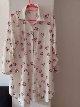 Vestido blanco con corazones rosados