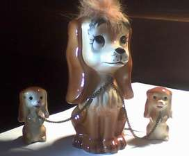 Figura de porcelana japonesa. Perrita y sus cachorros.