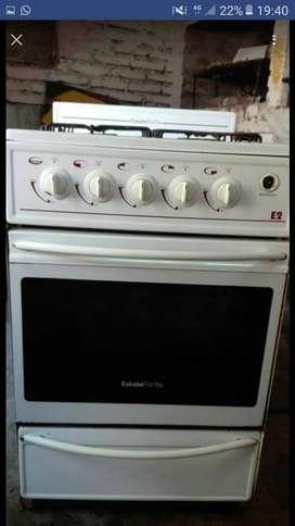 Vendo cocina a gas en muy buen estado anda perfecto puede probar sin problema anda re bien. 3500 charlable