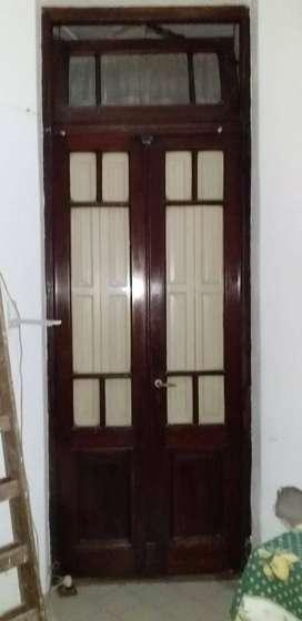 Puerta Antigua de madera con vidrio, con postigo y banderola