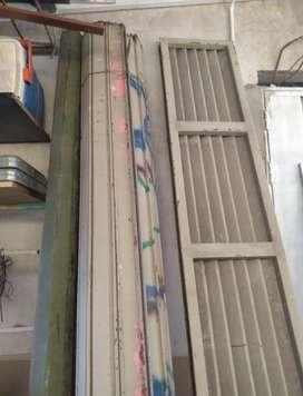 Cortina persiana metálica comercial 2,90m de ancho con puerta trampa
