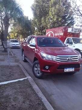 Vendo Camioneta Toyota Hilux roja doble cabina