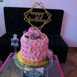 Torta alta con hermosa decoracion