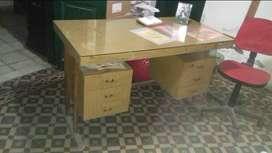 escritorio de oficina con vidrio encima