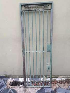 Puerta reja con marco