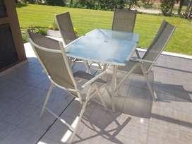Juego Mesa y sillas de Jardin con sombrilla