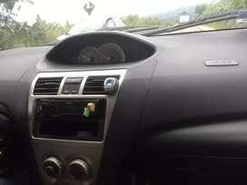 Auto Toyota Yaris caja automática pestillos eléctricos aire acondicionado está bien concervado como nuevo