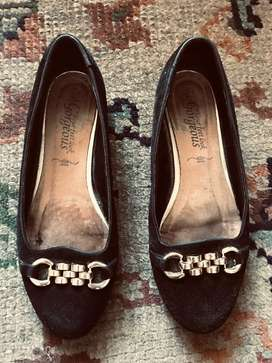 Zapato de dama . Medida 37 gamuza usado . Color negro