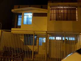 """OCASIÓN VENTA CASA DE DOS PISOS ALTURA DEL HOTEL EL PUEBLO """"VILLA PERIODISTA - SANTA CLARA - ATE"""