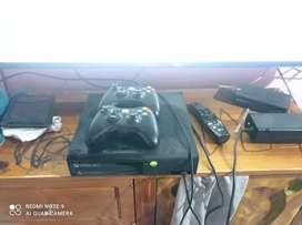 Xbox 360 con juegos y dos controles