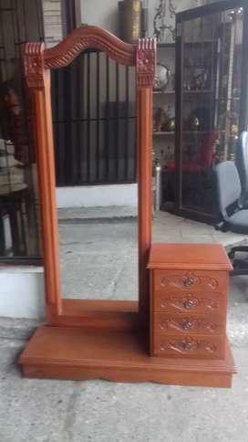 Se vende peinador en madera nogal